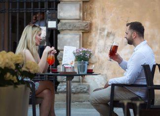 jak mężczyzna okazuje zainteresowanie kobietą