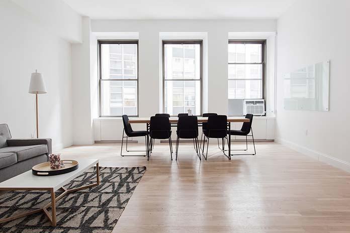 Krzesła w innym stylu niż stół